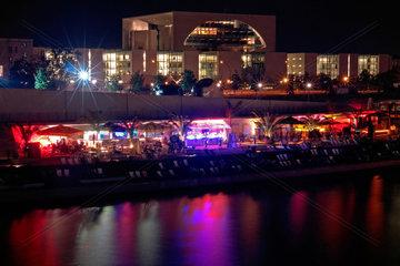 Bundeskanzleramt und Strandbar am Spreeufer bei Nacht