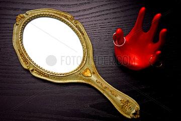 Koerperpflege  alter Kosmetikspiegel mit Goldrahmen