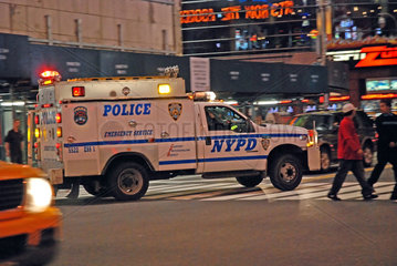 Polizeiwagen im naechtlichen Manhatten