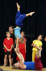 Berlin  Deutschland  Junge zeigt bei einer Auffuehrung in der Ufa Fabrik seine Akrobatik
