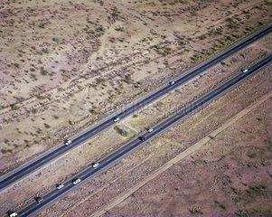 Luftaufnahme einer Autobahn in der Wueste von Arizona