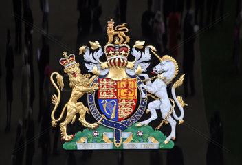 Ascot  Grossbritannien  das Wappen der Koenigin von England an der Loge auf der Galopprennbahn