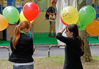 Artenschutzkonferenz: Hostessen mit Luftballons