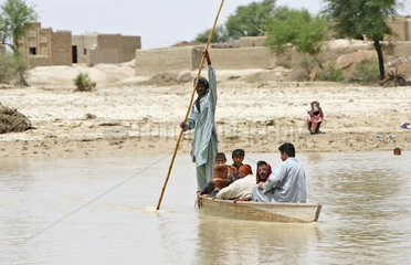 Dadu  Pakistan  Pakistaner ueberqueren einen Fluss