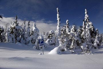 Eingeschneiter Parkplatz in finnisch Lappland  Finnland
