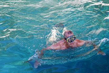 Maennlicher Schwimmer mit Taucherbrille im klaren Wasser der kroatischen Adria  Mittelmeer  Kroatien