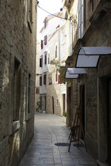 Enge kleine Strasse in der Altstadt von Trogir  UNESCO Weltkulturerbe  Kroatien