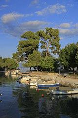 Kleine traditionelle Fischerboote aus Holz vor der Altstadt von Trogir  Kroatien