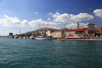 Blick auf die Altstadt von Trogir mit dem Turm der St Laurentius Kirche im Hintergrund  Dalmatien  Kroatien