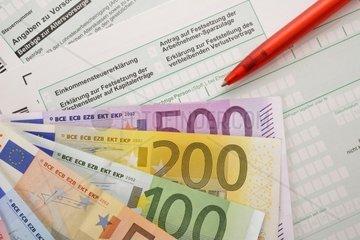 Symbolbild Einkommenssteuererklaerung  Erklaerung zur Festsetzung der Kirchensteuer auf Kapitalertraege  Antrag auf Festsetzung der Arbeitnehmer-Sparzulage  Erklaerung zur Feststellung des verbleibenden Verlustvortrags  Anlage Vorsorgeaufwand  EURO-Banknoten  Faecher  Geldscheine  Kugelschreiber