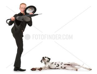 tretender junger Mann mit Schirm und Melone