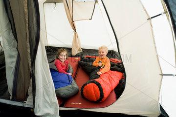 Kinder im Zelt