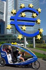 Touristen im Fahrradtaxi vor der EZB in Frankfurt