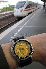 Mann schaut auf die Uhr  Puenktlichkeit der Bahn