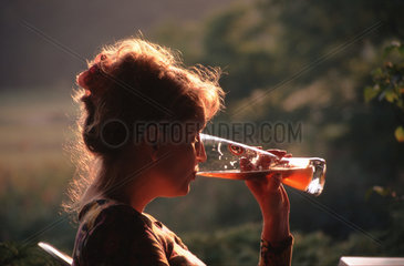 Frau trinkt Weizenbier