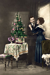 Liebespaar umarmt sich  Weihnachtsbaum  ca. 1910