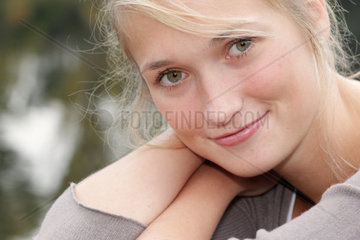 Blonde junge Frau  23 Jahre alt  schaut intensiv in die Kamera (model released)