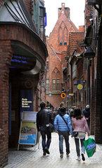 Bremen  Deutschland  Menschen in der Boettcherstrasse