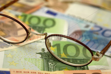 Lesebrille mit Euro-Geldscheinen