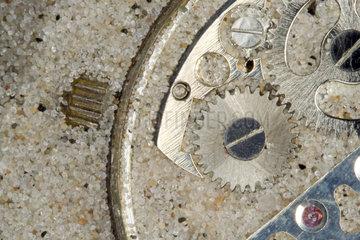 Zahnraeder einer Uhr   Sand im Getriebe