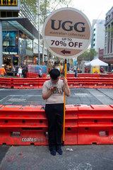 Sydney  Australien  Mann mit Werbeschild in der Innenstadt
