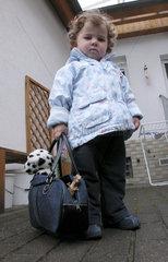 Kind mit Tasche