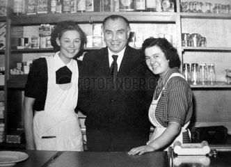 Chef posiert mit Bedienungen  ca. 1955