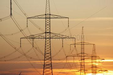 Strommasten im Abendlicht