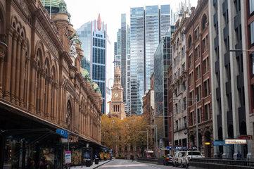 Sydney  Australien  Strassenszene entlang der York Street im Geschaeftsviertel der Grossstadt