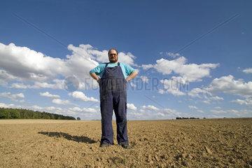 dicker Bauer auf dem Feld