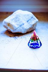 Bunte Pyramide aus Kristallglas