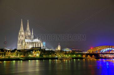 Nachtansicht von Koeln mit Dom  Hohenzollernbruecke und Philharmonie