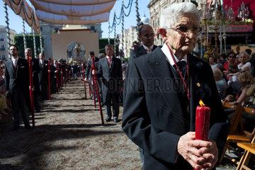 Sevilla  Spanien  ein altes Bruderschaftsmitglied mit Kerze bei der Fronleichnamsprozession