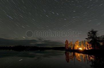 Sternenspuren ueber einem Zeltlager an einem See im Naturreservat Rogen  Haerjedalen  Schweden  August
