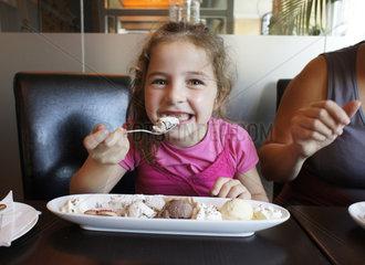 Maedchen isst Eis