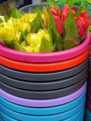 Plastikeimer mit Kunststoffblumen