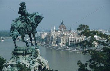 Blick von einer Reiterstatue auf das ungarische Parlament