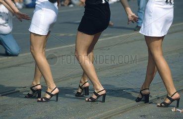 Frauenbeine beim Tanzen