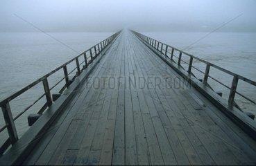 Bruecke fuehrt in den Nebel