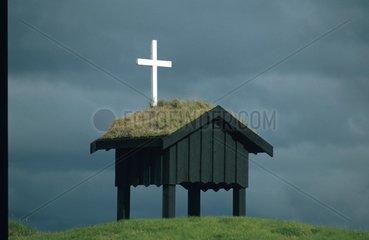 Kreuz auf kleiner Huette