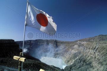Japanische Flagge an einem Kraterrand