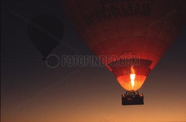 Heissluftballon bei Nacht