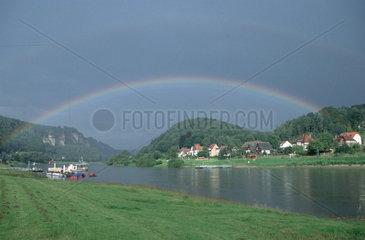 Regenbogen ueber der Elbe