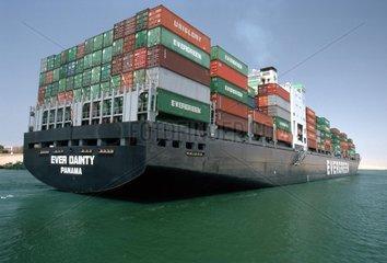 Frachtschiff mit Containeren beladen