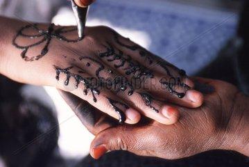Frauenhand wird taetowiert