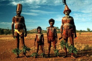 vier bemalte Aborigines