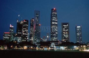 Skyline von Singapur bei Nacht