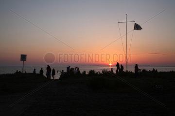Strukkamp  Deutschland  Urlauber geniessen den Sonnenuntergang