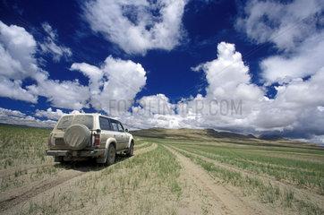Gelaendewagen faehrt auf Piste