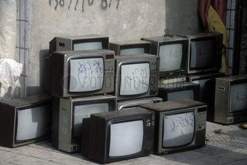 mehrere Fernseher stehen auf der Strasse